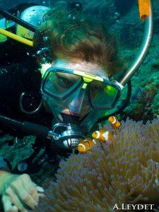 Nadine devant les poissons clown